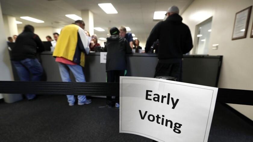 Los residentes reciben sus boletas en la Oficina de Elecciones del Condado de Polk, en el primer día de votación temprana, en Des Moines, Iowa .