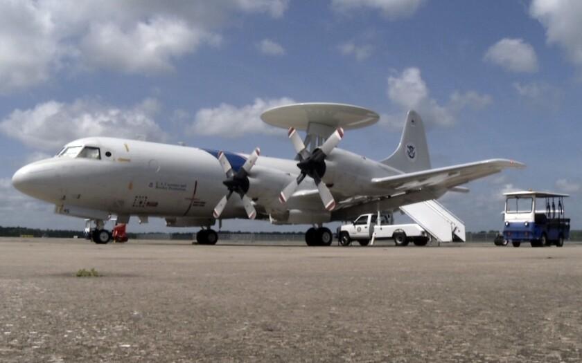 Un avión de vigilancia P-3 se dispone a despegar de su base en Jacksonville, Florida, para buscar posibles cargamentos de drogas en el Caribe en julio del 2015.
