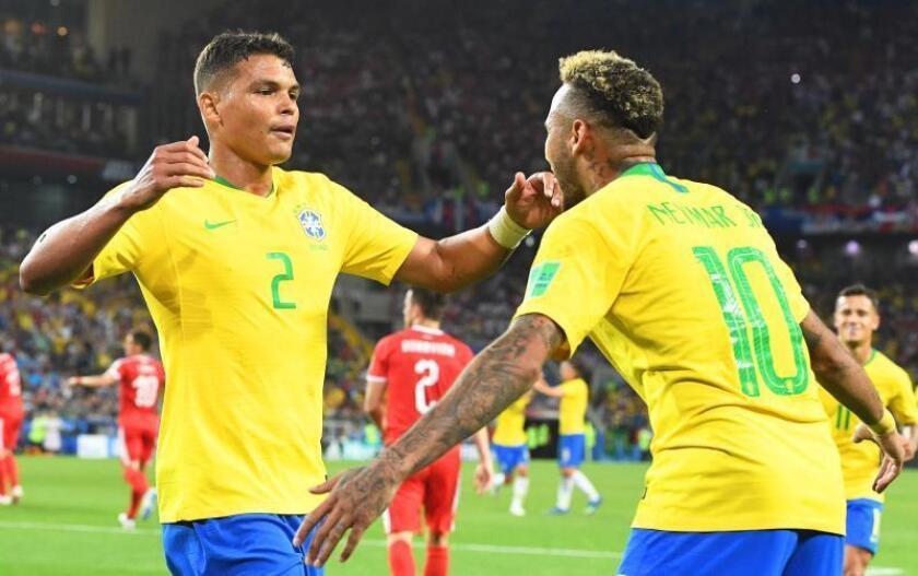 El jugador brasileño Thiago Silva (i) celebra un gol con su compañero Neymar. EFE/Archivo
