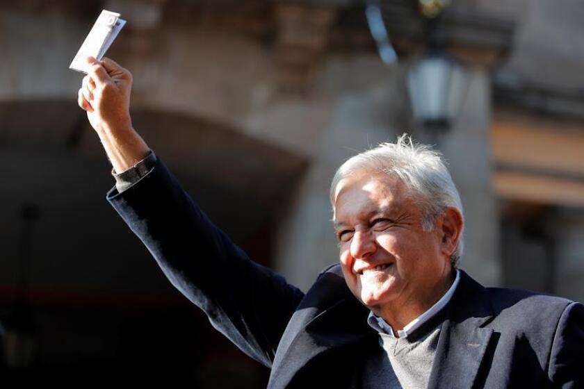 El presidente electo de México, Andrés Manuel López Obrador, aseguró hoy que su gobierno le dará confianza a los mercados y buscará un acuerdo con Estados Unidos y Canadá que fomente el desarrollo regional y frene el fenómeno migratorio. EFE/ARCHIVO