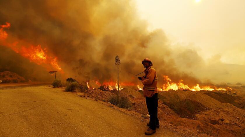 Las llamas amenazan 200 estructuras comerciales y, hasta ahora, han destruido 18 edificios en el llamado Bear Divide y el Cañón Sand.