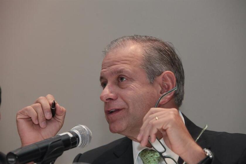 La concesionaria de infraestructura de transporte OHL México generó una utilidad (beneficio) neta consolidada de 3.738,5 millones de pesos (199 millones de dólares) en el cuarto trimestre de 2017 y de 12.886,5 millones de pesos (685,8 millones de dólares) en todo el año, informó hoy la compañía. En la imagen el director general de OHL México, Sergio Hidalgo. EFE/ARCHIVO
