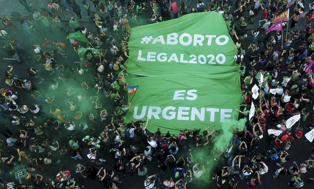 Activistas exigen la despenalización del aborto afuera del Congreso, en Buenos Aires, Argentina, el miércoles 18 de noviembre de 2020, un día después de que el presidente Alberto Fernández enviara una iniciativa a los legisladores para que legalicen la práctica. (AP Foto/Victor R. Caivano)