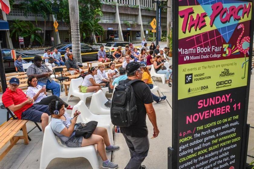 Publico en general participa de las actividades del primer día de la Feria del Libro de Miami 2018 en su aniversario No. 35 ayer, domingo 11 de noviembre de 2018, en las instalaciones del Miami Dade College, en el centro de la ciudad de Miami, Florida (EE. UU.). EFE