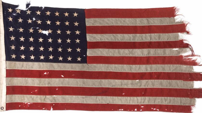 El estimado de pre-venta de la bandera era $ 100,000. La bandera tiene un agujero de bala, atribuido a una ametralladora alemana, según la casa de subastas con sede en Dallas.