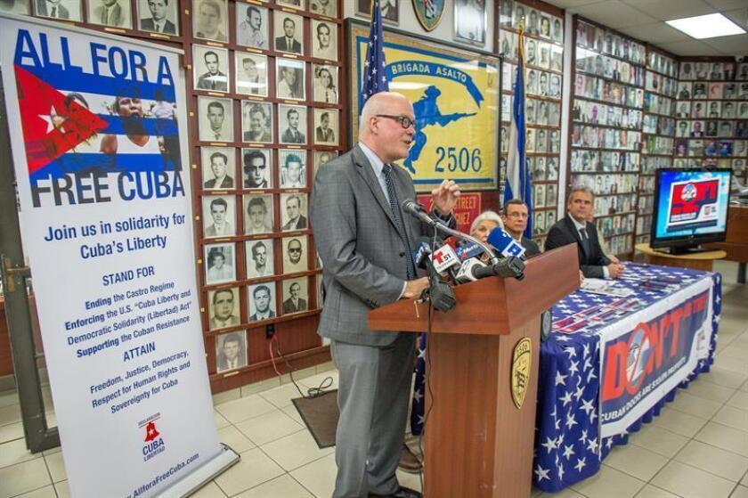 Orlando Gutiérrez, director de la Asamblea de la Resistencia Cubana, formada por organizaciones de dentro y fuera de la isla, habla durante una rueda de prensa celebrada hoy, miércoles 6 de junio de 2018, en la sede del Museo de la Brigada 2506 en el barrio de la Pequeña Habana en Miami, Florida (EE.UU.). EFE