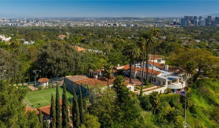 佔地2.5英畝,包括一棟1930年代的房屋,兩間旅館,一間放映室,游泳池和網球場。