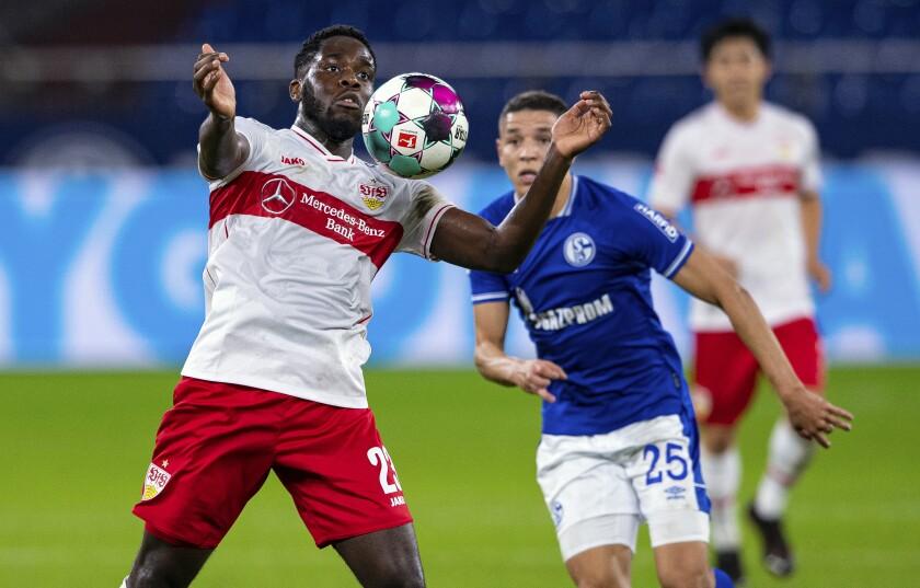 Amine Harit del Schalke y Orel Mangala del Stuttgart pelean por el balón