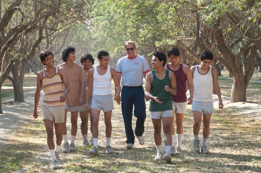 Kevin Costner interpreta a Jim White, un entrenador de la vida real que llevó a la cima a un grupo hispano de corredores de Secundaria.