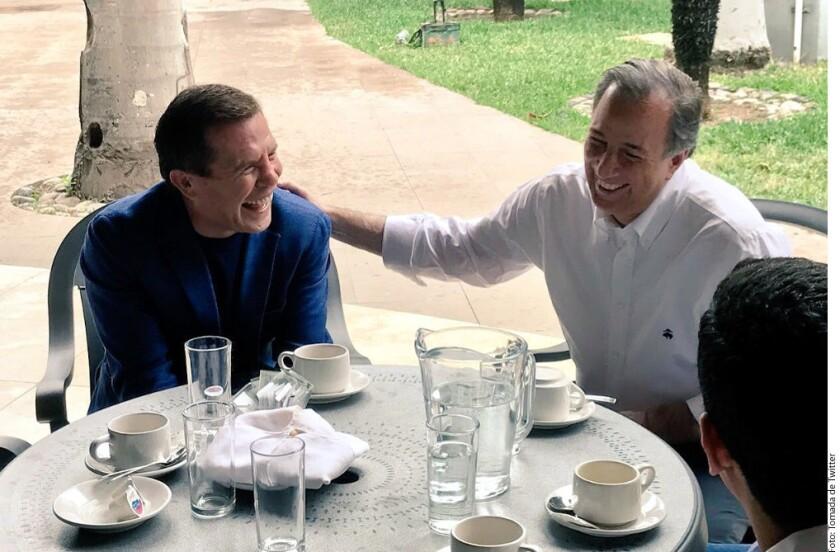 En su visita a Sinaloa, el precandidato presidencial del PRI, José Antonio Meade, fue recibido con un jersey autografiado de los Tomateros de Culiacán y un encuentro privado con el ex campeón mundial de boxeo, Julio César Chávez.
