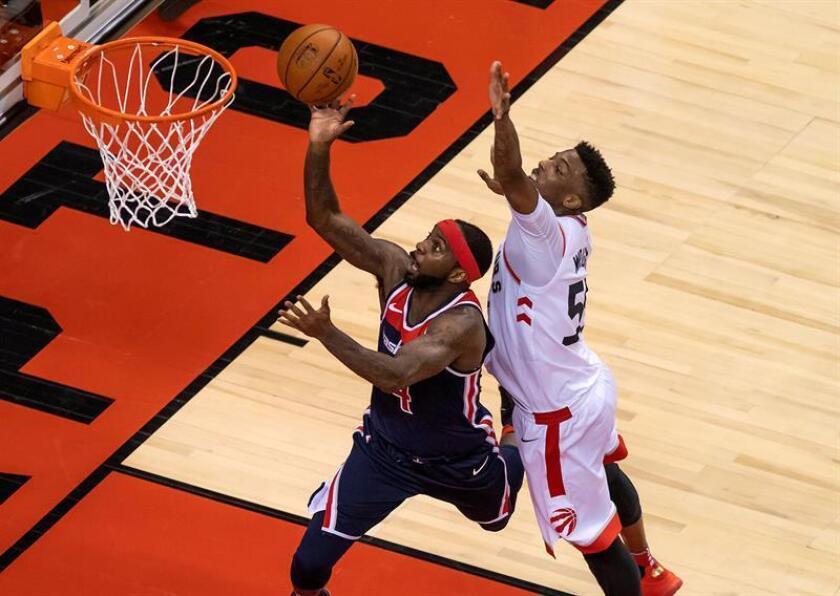 El jugador de los Raptors Delon Wright (d) en acción ante Ty Lawson (i) de los Wizards hoy, martes 17 de abril de 2018, durante su segundo partido de la primera ronda de eliminatorias de la Conferencia Este de la NBA, en Toronto (Canadá). EFE