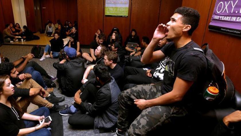 Estudiantes del Occidental College ocupan un centro administrativo del campus durante el otoño pasado. Una nueva encuesta nacional descubrió que los estudiantes estadounidenses de primer año están más comprometidos con el activismo civil y político que hace 50 años (Mark Boster / Los Angeles Times).