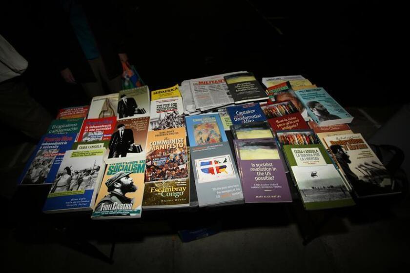 Libros sobre la revolución cubana, socialismo y comunismo son ofrecidos a las personas que esperan en fila en la entrada de la iglesia Riverside de Harlem, en el norte de Manhattan en Nueva York (EE.UU.), el miércoles 26 de septiembre de 2018. EFE/Archivo
