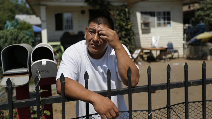 José Gómez, en el frente de su casa donde vive hace 10 años, en la cuadra del 1100 de S. Hicks, en el este de Los Ángeles. Gómez realizó la prueba de contaminación de su suelo y espera ahora los resultados (Gary Coronado/Los Angeles Times).