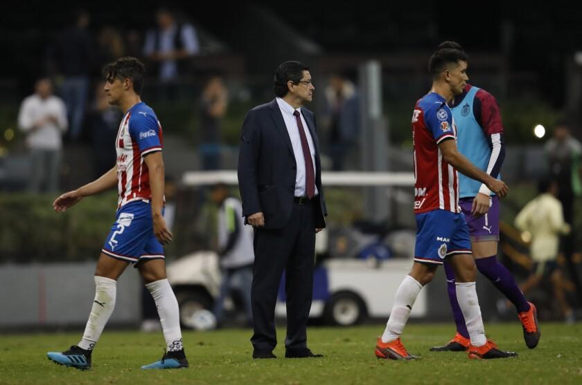 El técnico de Chivas Luis Fernando Tena al final de un partido de la liga mexicana contra el América