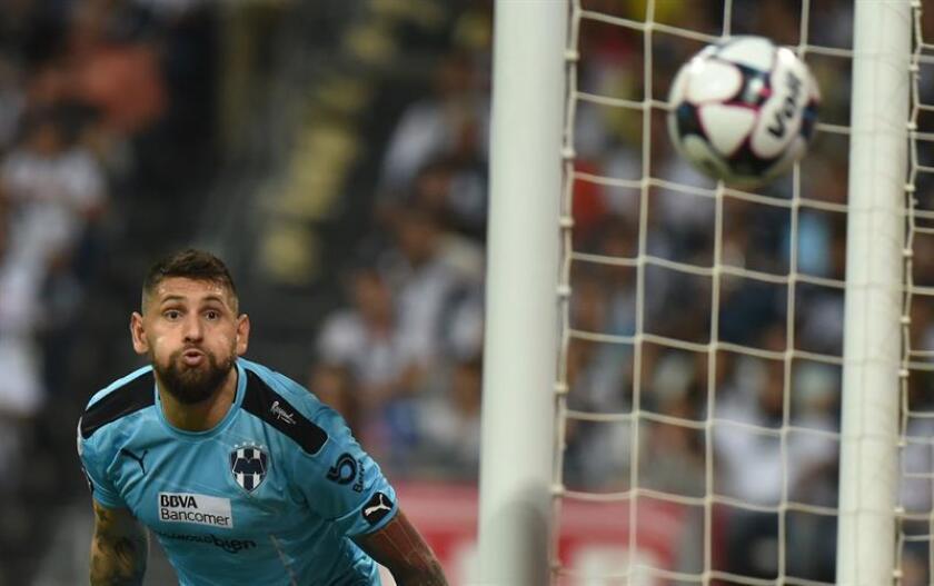 Jonathan Orozco portero de Rayados de Monterrey observa el balón ante Águilas del América. EFE/Archivo