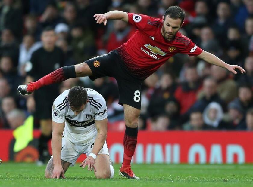 Mata reconduce el rumbo del United