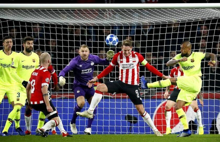 El jugador del PSV Luuk de Jong (2-d) disputa el balón con Arturo Vidal (d), del Barcelona, hoy, durante el partido entre Barcelona y el PSV Eindhoven por la Liga de Campeones de la UEFA, en Eindhoven (Holanda). EFE