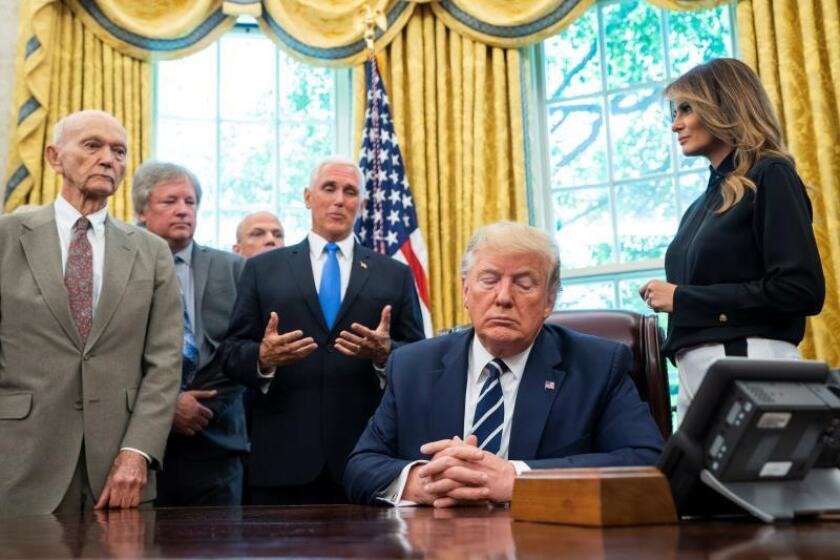 El presidente de Estados Unidos, Donald Trump (cd), recibe en el Despacho Oval de la Casa Blanca a los astronautas Buzz Aldrin (no aparece) y Michael Collins (i) y a los familiares de Neil Armstrong con motivo del 50 aniversario de la llegada del Apolo 11 a la Luna, este viernes en Washington (Estados Unidos). EFE/ Jim Lo Scalzo