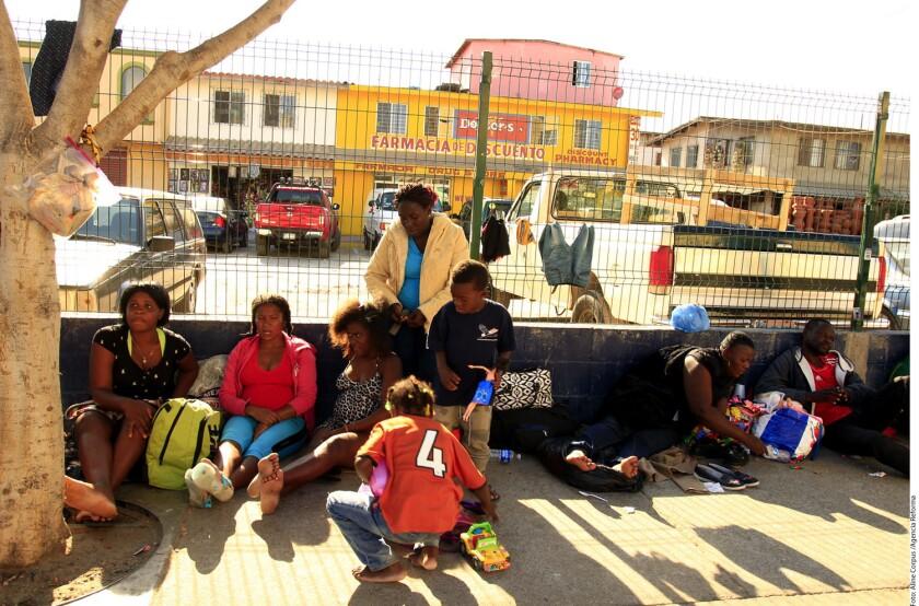 El creciente arribo de migrantes a Baja California, principalmente haitianos y africanos que buscan obtener asilo en Estados Unidos, ha rebasado a las autoridades locales, advirtieron integrantes de organizaciones civiles.