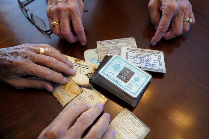 Paul Grisham y su esposa Carole Salazar revisan su billetera. El hombre la perdió en la Antártida en 1968