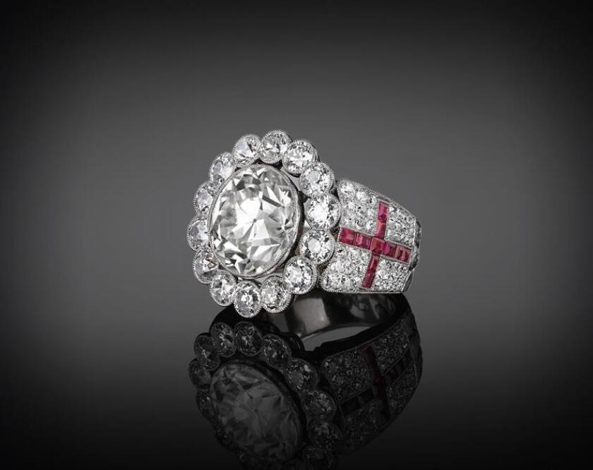 Fotografía sin fecha cedida por Cece Feinberg que muestra un anillo de diamantes que perteneció al papa Pablo IV y que se vende en una feria de joyas inaugurada hoy, jueves 01 de febrero de 2018, en la ciudad de Miami Beach, Florida (EEUU). EFE/Cece Feinberg/SOLO USO EDITORIAL/NO VENTAS