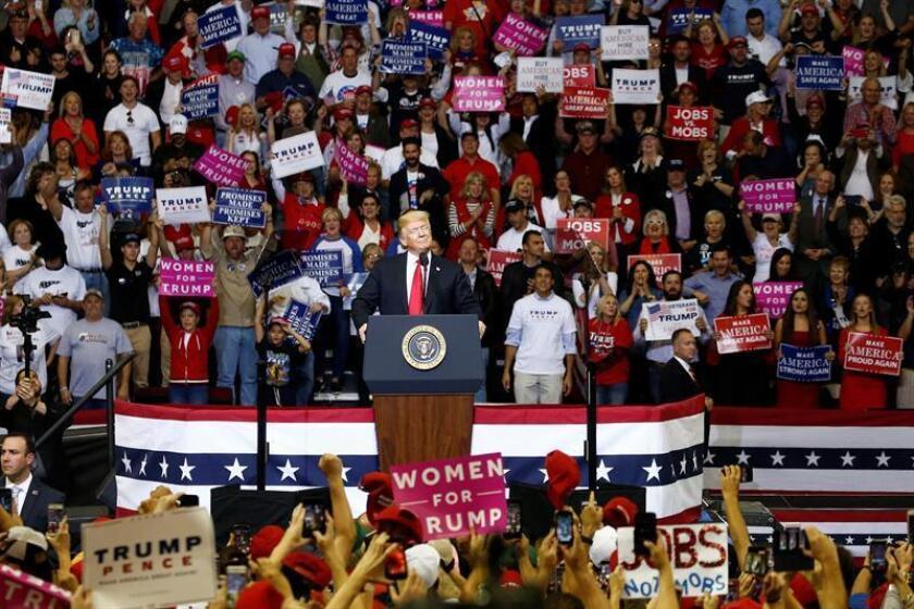 El presidente de los Estados Unidos, Donald J. Trump (c), participa en un mitin ayer, lunes 22 de octubre de 2018, en Houston, Texas (EE.UU.). EFE