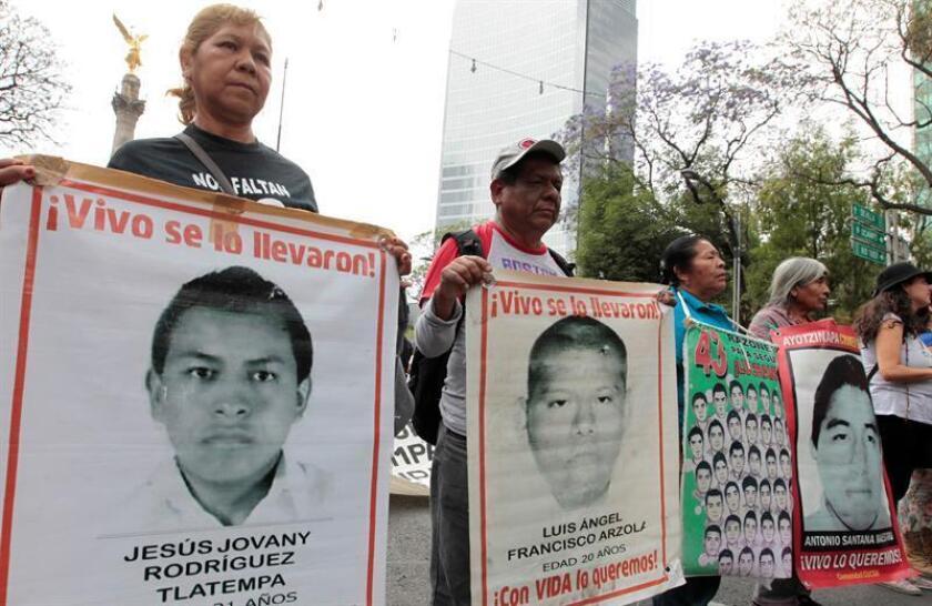 Familiares de los 43 estudiantes de la escuela para maestros de Ayotzinapa desaparecidos el 26 de septiembre del 2014 en el municipio de Iguala, en el sureño estado de Guerrero, marchan acompañados de activistas y estudiantes para exigir justicia. EFE/Archivo