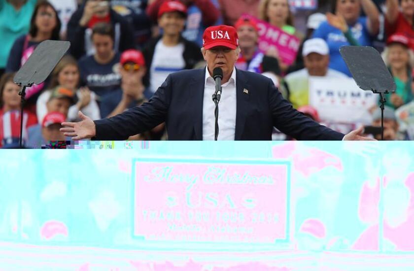 Donald Trump sigue sin desvincularse de sus negocios multimillonarios a 28 días de su investidura como presidente, como había prometido, pese a las denuncias por posibles conflictos de intereses con sus actividades privadas y las de su familia. EFE/ARCHIVO