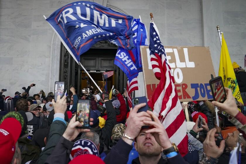 Simpatizantes de Trump se congregan afuera del Capitolio el miércoles 6 de enero del 2021 en Washington.