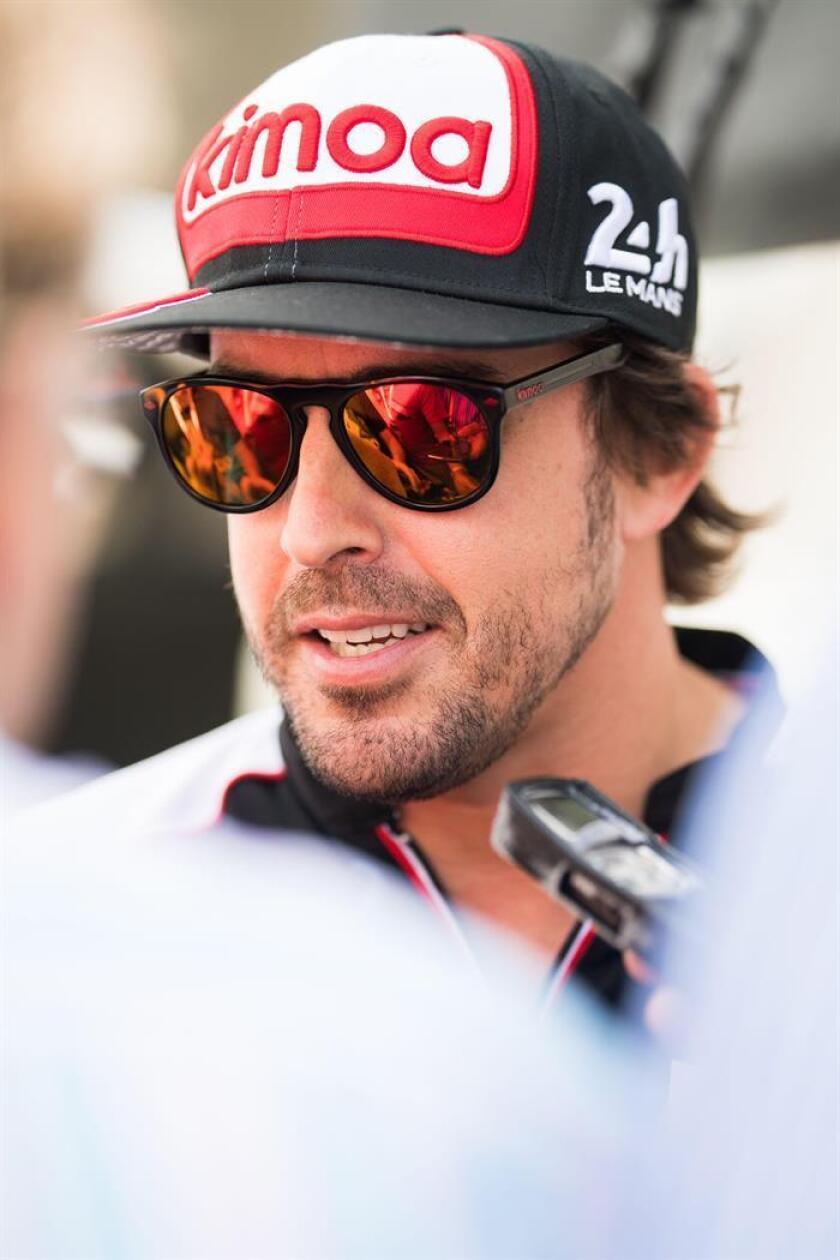 Fotografía cedida por Toyota Gazoo Racing que muestra al doble campeón del mundo de Fórmula Uno, el español Fernando Alonso, mientras habla con la prensa este miércoles, en el circuito de Sebring en Florida (EE.UU.). EFE/ James Moy/ Cortesía Toyota Gazoo