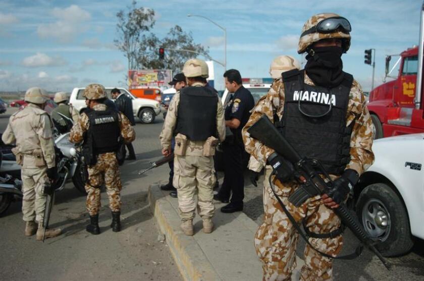 Los enfrentamientos entre cárteles de las drogas y de estos con las fuerzas de seguridad durante el fin de semana en varios estados de México dejaron decenas de muertos.