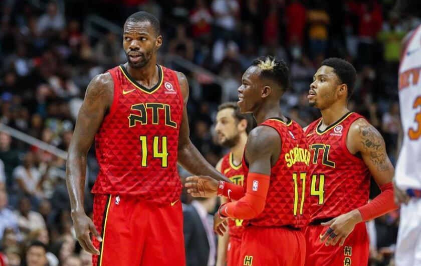 Atlanta Hawks players Dewayne Dedmon (L), Dennis Schroeder (C) of Germany and Kent Bazemore (R) react against the New York Knicks during the second half of the NBA basketball game between the New York Knicks and the Atlanta Hawks at Philips Arena in Atlanta, Georgia, USA. EFE