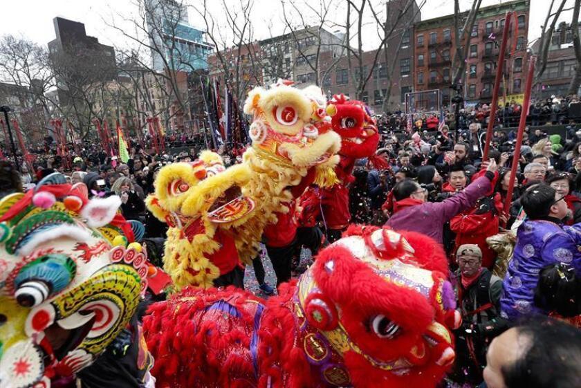 La comunidad china en Nueva York celebró hoy el inicio del Año Nuevo lunar con un colorido espectáculo de juegos pirotécnicos y dragones danzantes, como parte de una ceremonia destinada a ahuyentar a los malos espíritus. EFE/EPA