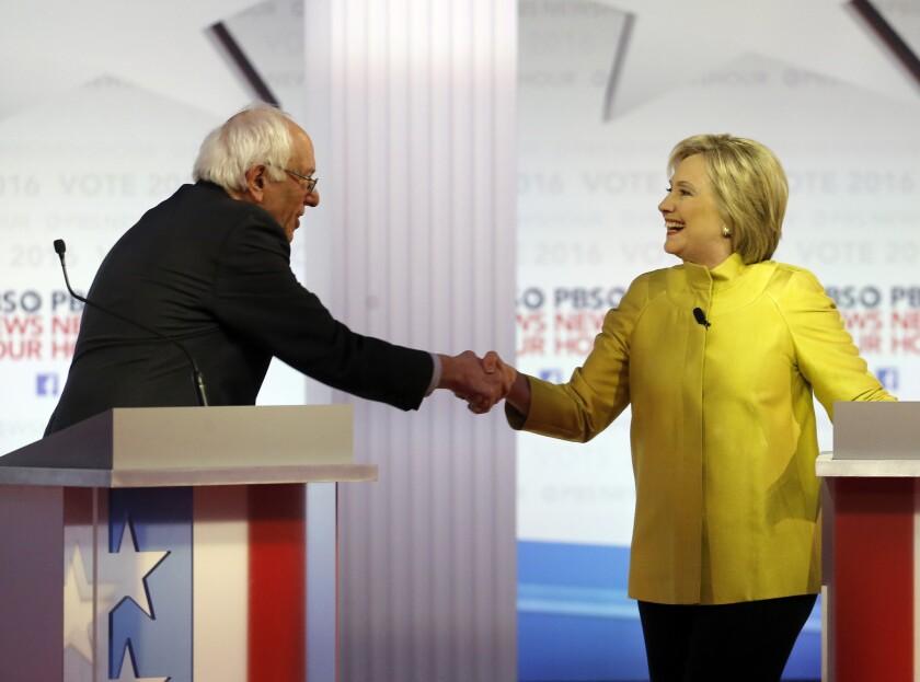 Los aspirantes a convertirse en el candidato del Partido Demócrata a la Casa Blanca, el senador Bernie Sanders y Hillary Clinton, se dan la mano tras un debate durante las primarias del partido en la Universidad de Wisconsin-Milwaukee, el 11 de febrero de 2016, en Milwaukee. (Foto AP /Morry Gash)