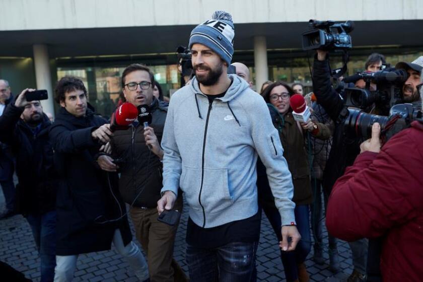 El futbolista del FC Barcelona Gerard Piqué, acompañado de su abogado, David Velazquez (d), a su llegada a la Ciudad de la Justicia de Barcelona, donde ha declarado ante el juzgado de instrucción 27 por un delito contra la seguridad del tráfico por conducir sin puntos en el carné. EFE