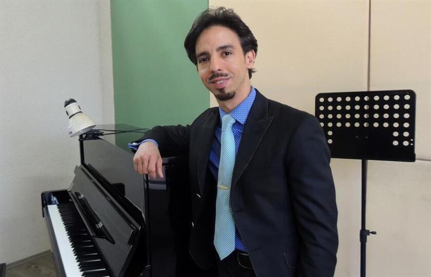 Fotografía fechada el 11 de enero de 2018 del pianista especializado en ópera Ángel Rodríguez mientras posa durante una entrevista con Efe, en Ciudad de México (México). EFE