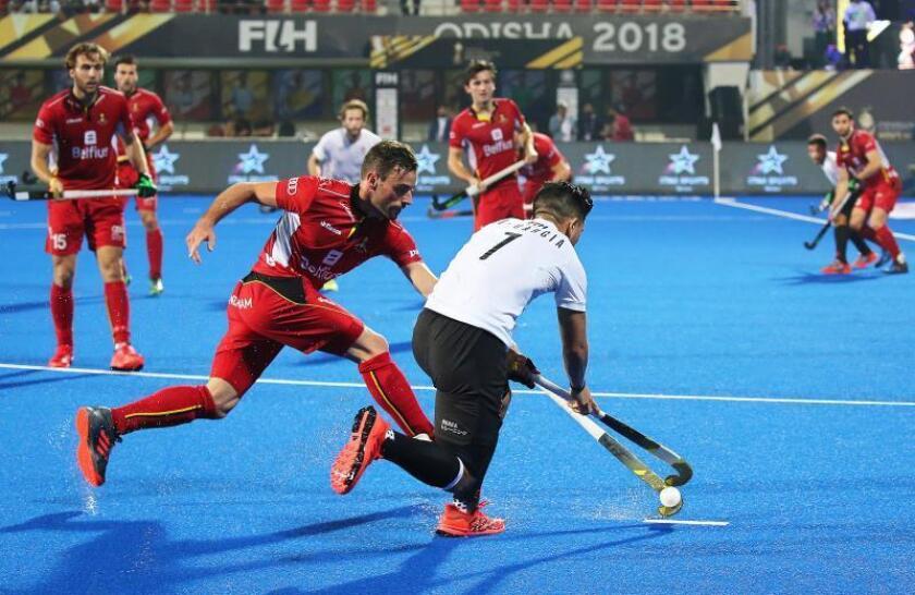 El jugador canadiense Gabriel Ho-Garcia (d) y el belgaSebastien Dockier (i) durante el partido entre las selecciones de Bélgica y Canadá del Mundial masculino de hockey hierba en Bhubaneswar, la India. EFE