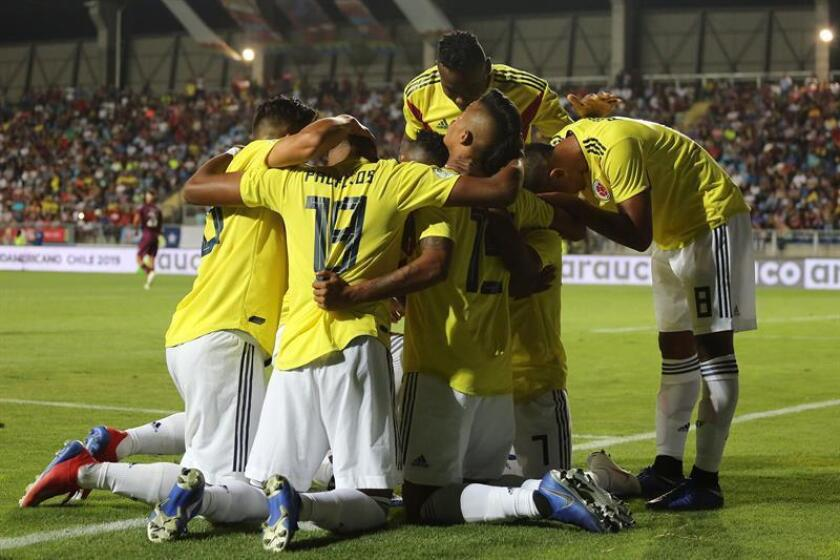 Jugadores de Colombia celebran la anotación de un gol el pasado jueves, durante un partido entre Venezuela y Colombia en el Campeonato Sudamericano Sub 20 disputado en el estadio El Teniente en Rancagua (Chile). EFE