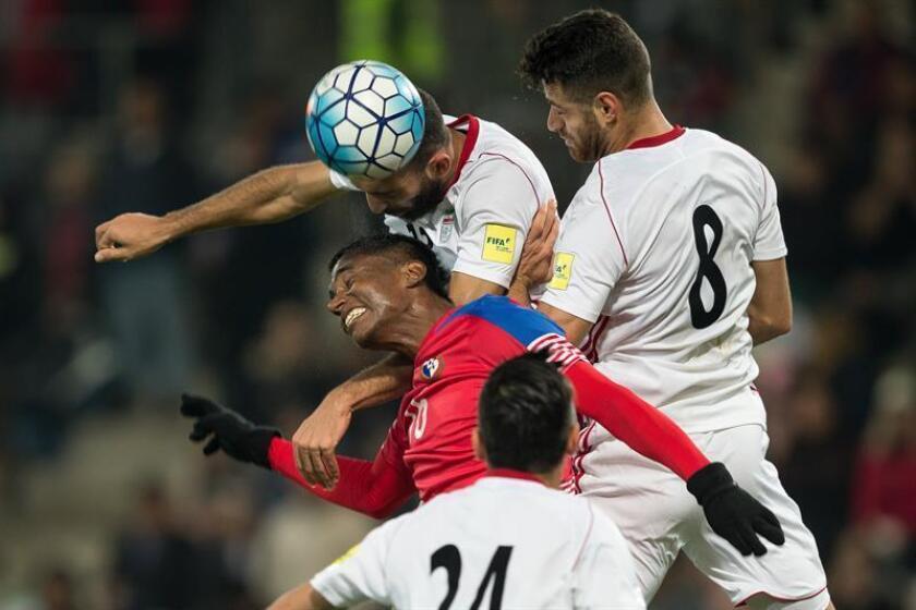 Leslie Heraldez (i) de Panamá disputa el balón con Rashid Mazaheri (d) de Irán hoy, jueves 9 de noviembre de 2017, durante un partido amistoso entre Irán y Panamá en Graz (Austria). EFE
