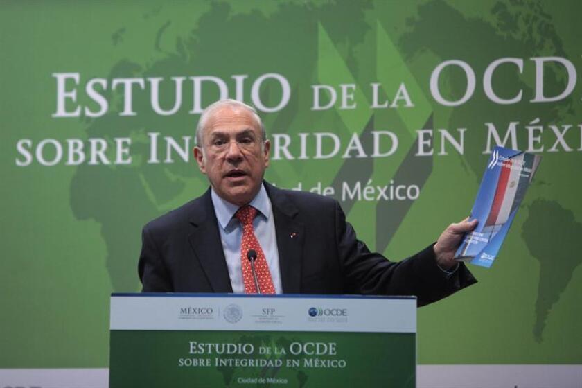 """El secretario general de la la Organización para la Cooperación y el Desarrollo Económicos (OCDE), José Ángel Gurría, participa hoy, miércoles 11 de enero de 2017, de la presentación del """"Estudio de la OCDE sobre Integridad en México"""", en Ciudad de México (México). EFE"""