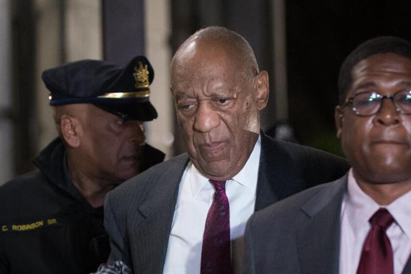 El cómico estadounidense Bill Cosby (c) a su salida del juicio que se celebra en su contra por abusos sexuales en la corte de Norristown, Pensilvania, Estados Unidos, el 25 de abril del 2018. El jurado ya ha fallado la sentencia de Cosby. EFE