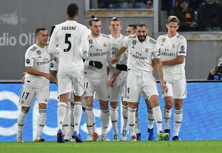 Gareth Bale (c) de Real Madrid celebra con sus compañeros al anotar el 1-0 hoy, en un partido de la Liga de Campeones entre AS Roma y Real Madrid en el estadio Olímpico en Roma (Italia). EFE