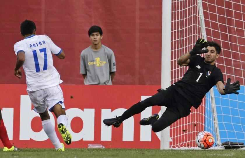 Andy Najar, de Honduras, anota contra el portero de Honduras, Jaime Penedo, en la segunda mitad de su partido de la Copa de Oro de la CONCACAF en Foxborough, Massachusetts.