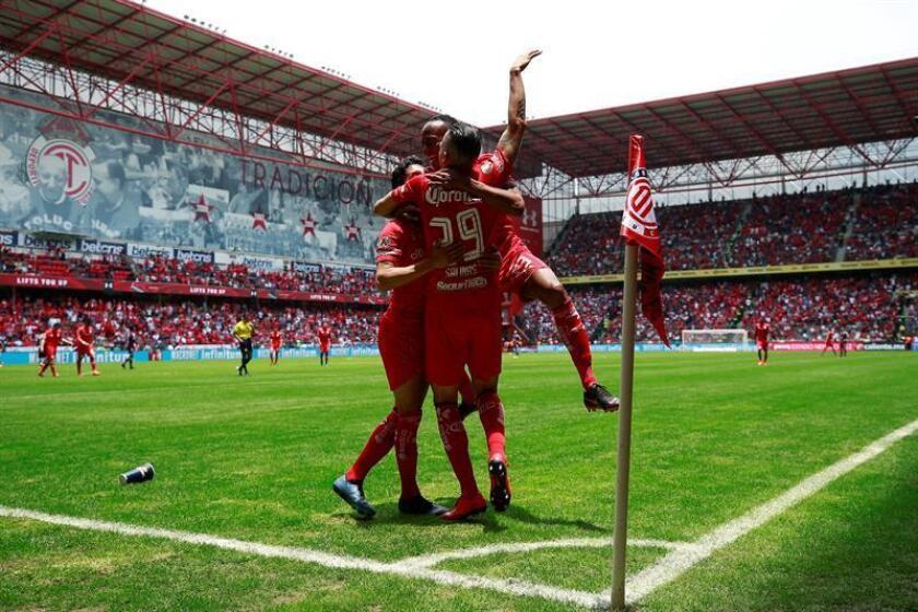 El jugador de Toluca Rodrigo Salinas (c) celebra una anotación durante un partido en el Estadio Nemesio Díez, en la ciudad de Toluca (México). EFE/Archivo