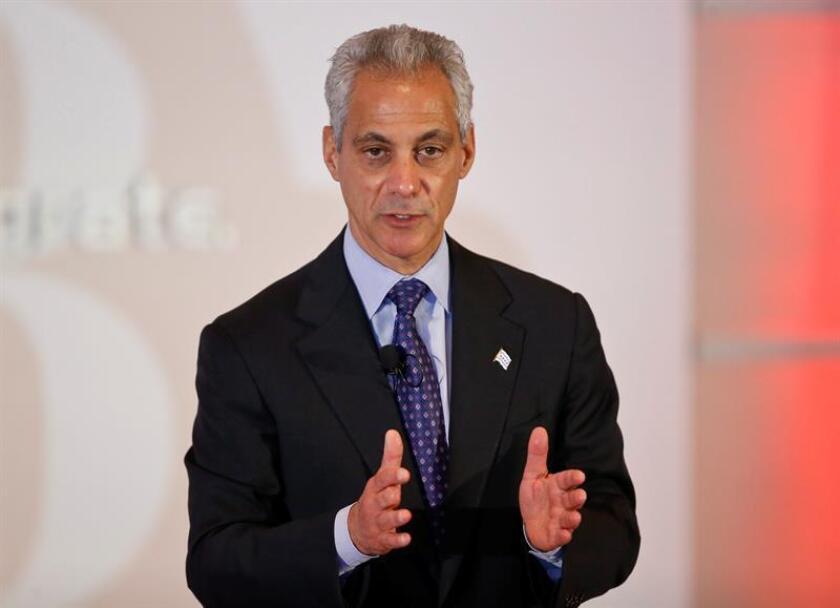 El alcalde de Chicago, Rahm Emanuel, informó hoy que discutió el estatus de ciudad santuario, que protege a los indocumentados, durante una llamada telefónica que le hizo el presidente electo Donald Trump. EFE/ARCHIVO