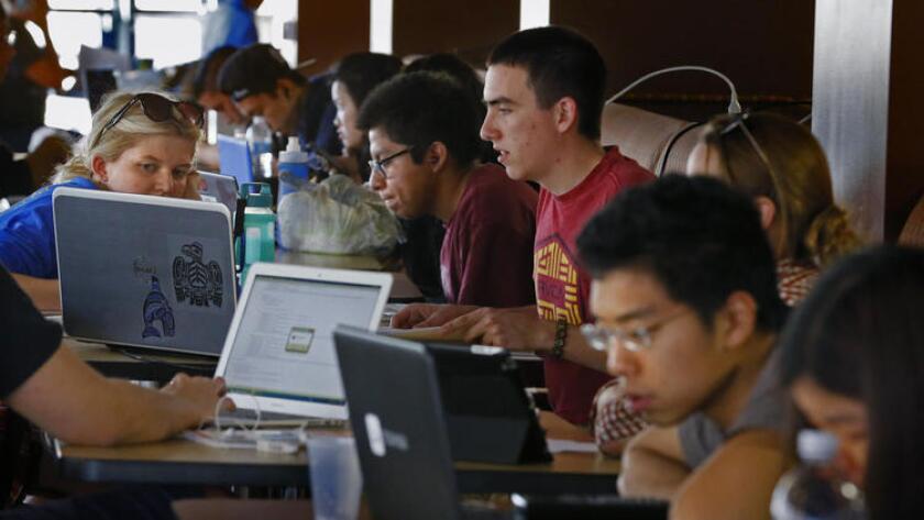 En el 2014, según el Institute for College Acces & Success (TICAS), alrededor del 69% de los universitarios terminó sus estudios con una deuda promedio de 28,950 dólares.