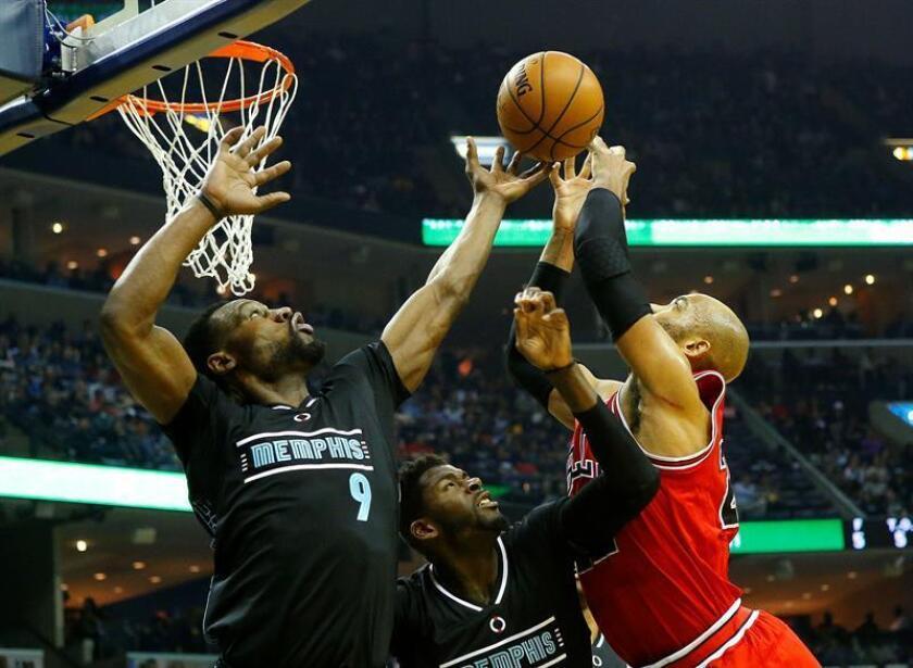 Taj Gibson (d) de Bulls ante James Ennis (c) y Tony Allen (i) de Grizzlies durante el partido. EFE
