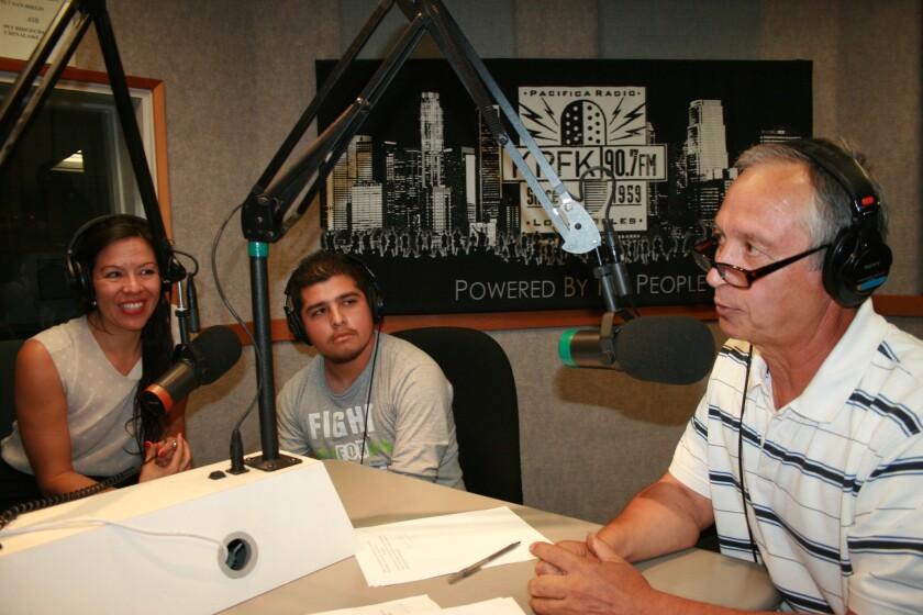 Rubén Tapia (der.), productor del programa, es uno de los pioneros de la radio en español en la estación KPFK.
