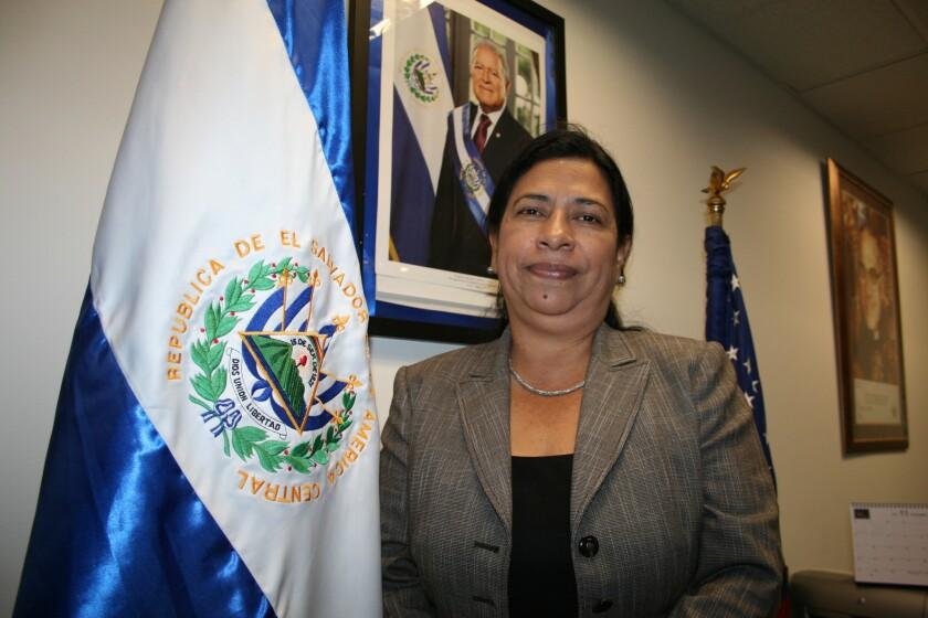 Hace 23 años, María Mercedes López Peña celebraba los Acuerdos de Paz en la Catedral de San Salvador; ahora sirve a la comunidad salvadoreña desde el consulado de L.A.